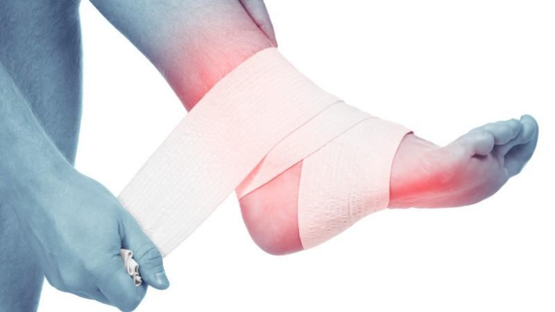 Что делать, если голеностопный сустав опухает и болит