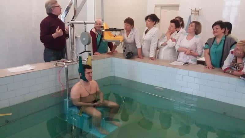 Помогает ли подводное вытяжение позвоночника