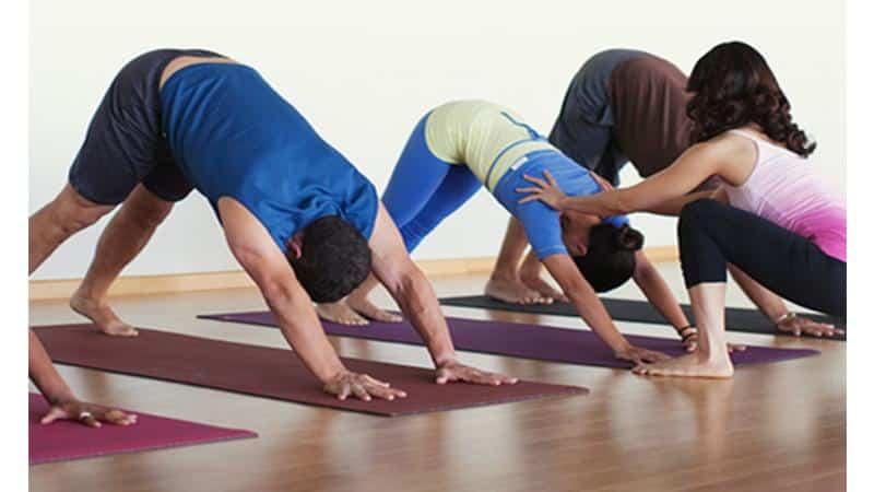 Насколько эффективна йога при сколиозе и грыже