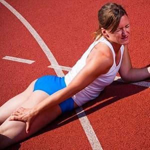 Что делать, если сводит мышцы бедра