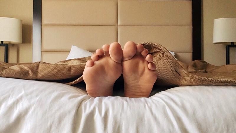 Полезно ли спать на жестком полу